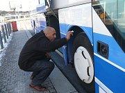 Volejbalisté Maccabi Tel Aviv přiletěli do Prahy, bezpečnostní manažer Levi kontroloval detailně autobus