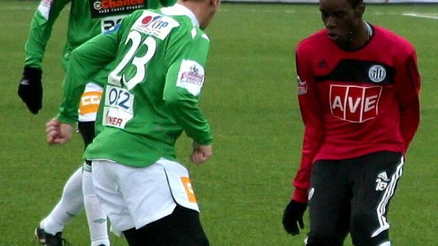 Na snímku ze zápasu s Jabloncem jeden ze zahraničních testovaných hráčů Dynama Noe Bokila bojuje s jabloneckým Tomášem Michálkem.)