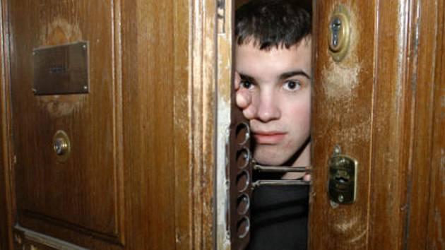 Kdo si pustí cizího člověka do bytu, riskuje, že otevřel dveře zlodějovi. Ilustrační foto.