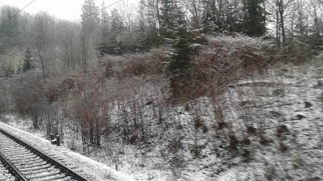 Slabá vrstva sněhu ležela v pondělí ráno v krajině podél železniční trati u Ševětína.