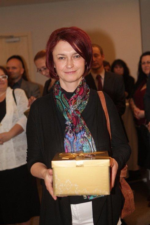 Slavnostní večer k ukončení třetího ročníku projektu Chováme se odpovědně. Na snímku je ředitelka Kontaktního střediska ÚP Strakonice Marie Kalbáčová.