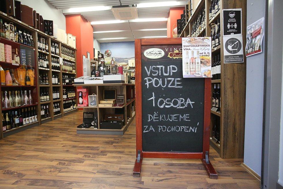 Nákupní centrum IGY. Počet zákazníku v obchodě kontrolují prodejci pomocí omezeného počtu nákupních košíků. A v malých obchodech je to jednoduché uhlídat pouhým okem. Do obchodu s víny nemůže společně ani manželský pár.