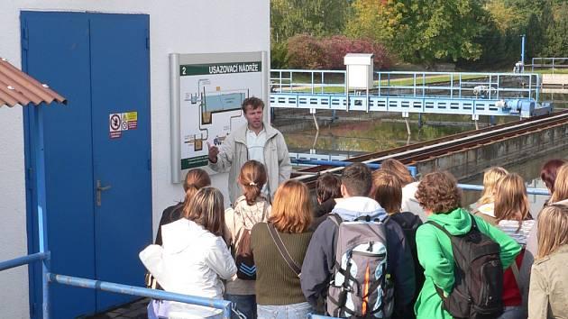 Mezi prvními si prošli naučnou stezku v areálu čistírny odpadních vod studenti biskupského gymnázia.