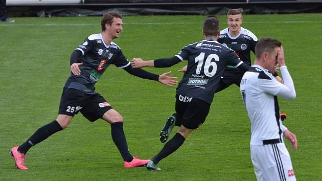 Petr Benát má hlavu v dlaních, fotbalisté Hradce se radují. Dynamo doma na Hradec Králové nestačilo.