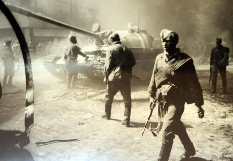 Písecká Sladovna připomíná výstavou Invaze ve fotografii - Srpen 1968 ruskou okupaci, od níž v neděli 21. srpna uplyne 43 let. Na snímku ruští vojáci před Československým rozhlasem těsně před tím, než začali střílet do lidí.