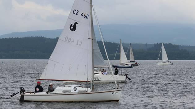 Na startu závodu Lipenský vítr vpředu na nejstarší lodi typu Beluga Martin Trčka z Baníku Cheb s kosatnicí Hankou Tláškovou z Černe v Pošumaví.