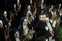 Kněz Gracián v podání Jana Klusáka obklopen jeptiškami.