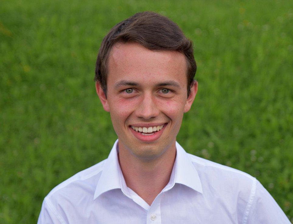 Lukáš Fiedler (21 let) vyrostl v Plavu u Českých Budějovic. Nyní studuje třetí ročník integrovaného bakalářského a magisterského studia oboru přírodní vědy v Cambrige.