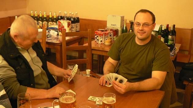 Karty jsou oblíbenou hrou. Na Budějovicku vznikla i liga v bulce.