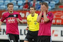 Zdrcený Petr Benát skrývá obličej do dlaní, v 90. minutě neproměnil penaltu.