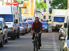 Pěší zóna nebo parkoviště? Původně je Krajinská ulice v historickém jádru Českých Budějovic koncipována jako pěší zóna, ale ve všední dny ráno to tu vypadá spíše jako na frekventované třídě.