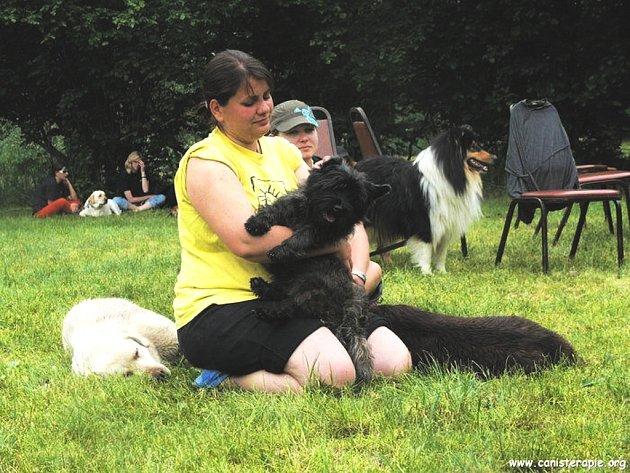 """Jaroslava Eisertová má devět psů, z nichž čtyři jsou už """"v penzi"""" a pět jich je aktivních. Tři z nich jsou na terapii a dva používá Jaroslava při myslivosti."""