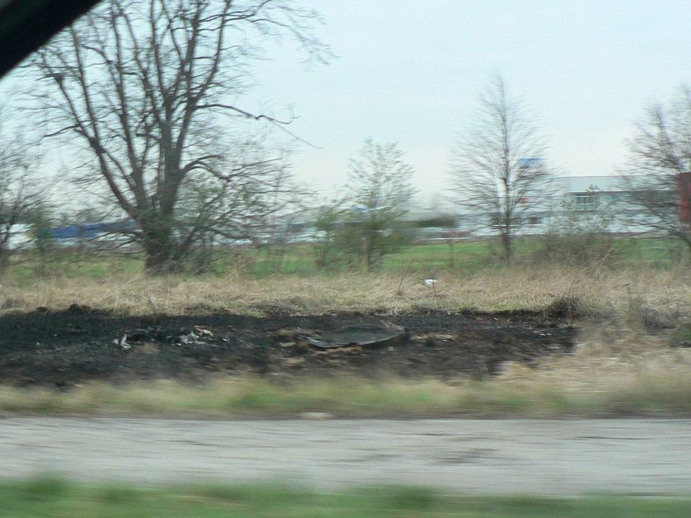 Kruhová křižovatka v Okružní ulici v Českých Budějovicích. Místo tragické nehody, kde zemřel v hořícím automobilu řidič.