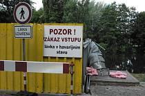 Lávka u zimního stadionu v Českých Budějovicích byla uzavřena kvůli havarijnímu stavu.