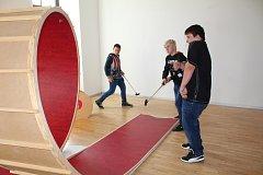 Dvanáct umělců vytvořilo z různých materiálů golfové jamky. Na interaktivní výstavě si děti minigolf skutečně zahrají.