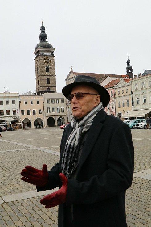 Slavný herec Jan Přeučil při natáčení v Českých Budějovicích vzpomínal na místa, kde sloužil na vojně v 60. letech minulého století a zároveň hrál v divadle a promlouval v rozhlase.