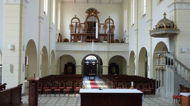 Už brzo by se měly v kostele sv. Jana Nepomuckého znovu rozeznít sto let staré varhany.