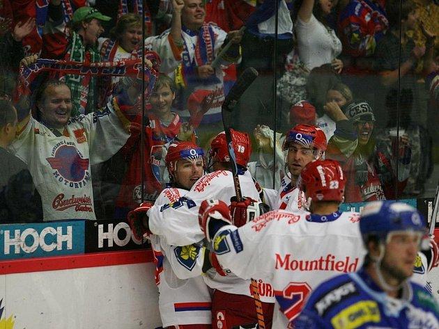 Hokejisté HC Mountfield slaví gól do brněnské sítě.