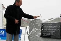 Českobudějovický primátor Juraj Thoma ve čtvrtek slavnostně poklepal na základní kámen stavby nové silnice.