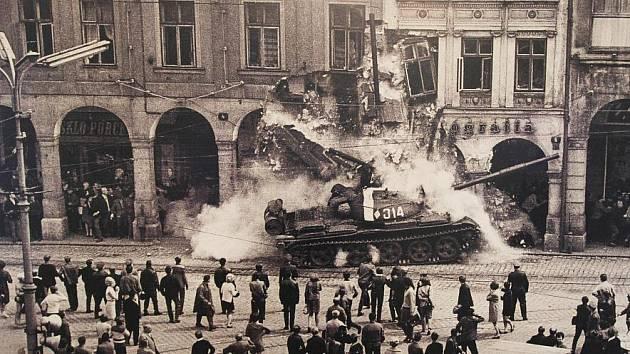 Písecká Sladovna připomíná výstavou Invaze ve fotografii - Srpen 1968 okupaci, od níž v neděli 21. srpna uplyne 43 let. Na snímku Václava Toužimského boří ruský tank dům v Liberci.