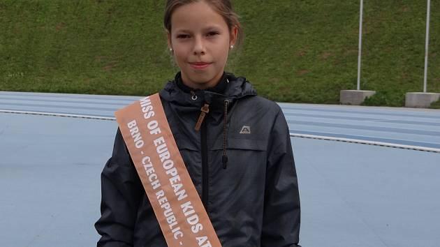 Kateřina Strusková s oceněním za obhajobu titulu Miss European kids athletics games v Brně