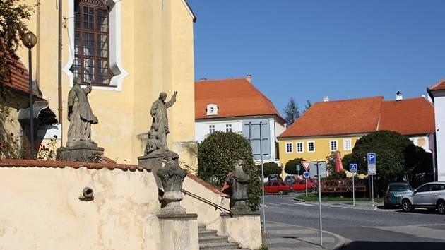 Týn nad Vltavou. Roh kostela a náměstí Míru.
