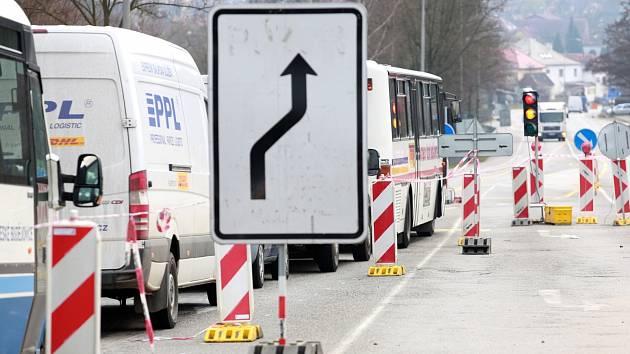 Jak již dává tušit obří jáma na křižovatce výpadovek na Tábor a Milevsko, na kraji Týna na Vltavou se staví kruhový objezd.