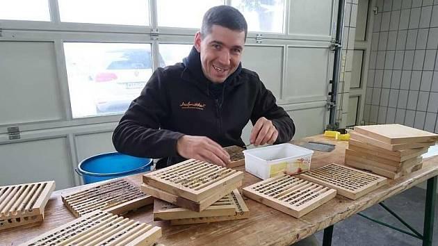 Údržba včelích hotelů.
