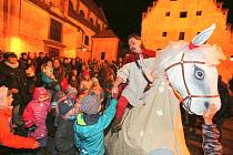 V Galerii Pod kamennou žábou na Piaristickém náměstí se celý den připravovali na příjezd svatého Martina. Dospělí pekli husy, popíjeli svatomartinské víno a děti kreslily a sledovaly pohádku.