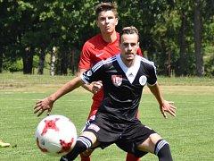Roman Wermke proti Brnu dal vedoucí gól Dynama. Na snímku ho atakuje O. Vintr.
