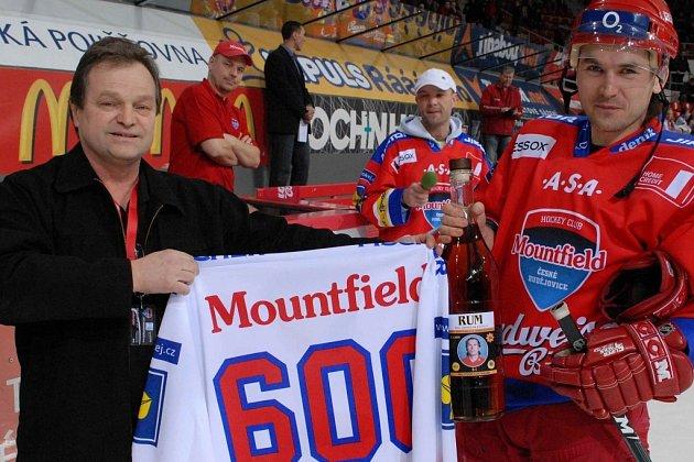 František Joun (vlevo) blahopřeje k šestistému extraligovému startu Jindřichu Kotrlovi.
