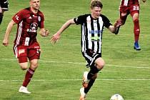 V nominaci české jednadvacítky, která ve čtvrtek hraje v Č. Budějovicích se Slovinskem, je i plzeňský Pavel Šulc (na snímku ještě v dresu Dynama uniká olomouckému Breitemu).