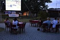 Promítání v kinokavárně v Týně nad Vltavou.
