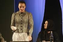 Lenka Krčková (vlevo) v představení Advent.