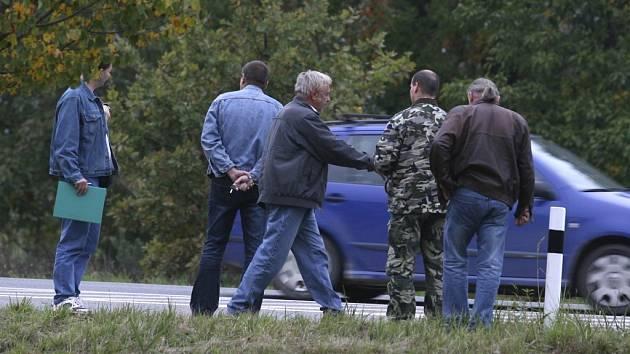 Počet případů, kdy se pachatelé domáhali peněz se zbraní v ruce, letos přesáhl stovku. U Ševětína vyšetřovatelé hledali na začátku října stopy po  přepadení dodávky s penězi.