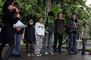 Mladí novináři s Janou Holoubkovou při vyhlášení výsledků soutěže.