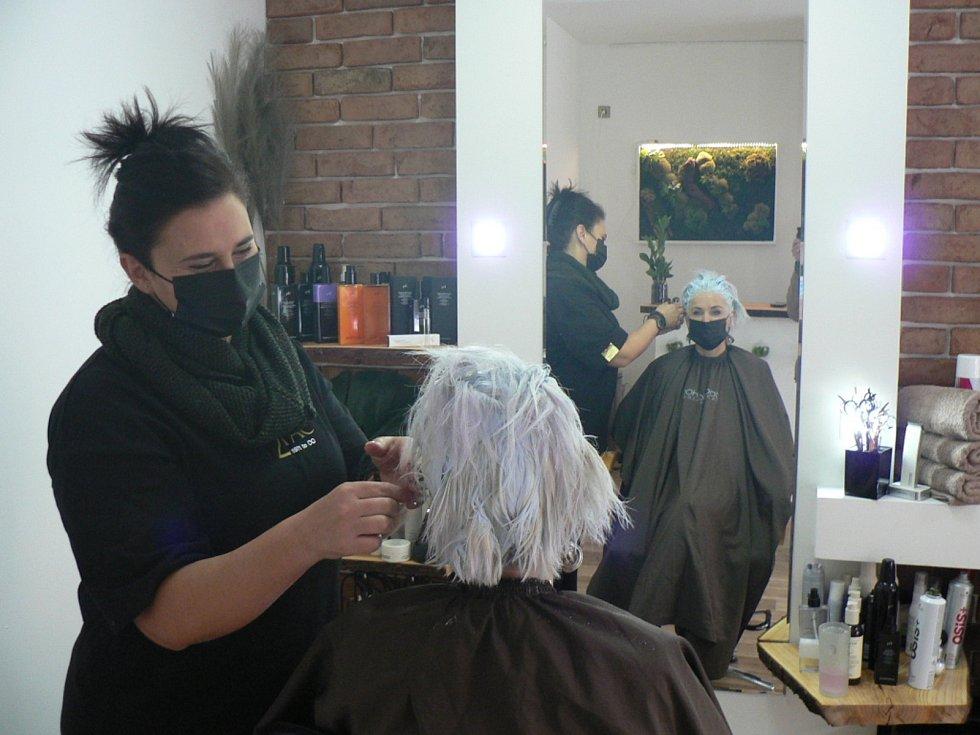 Ve čtvrtek 3. prosince 2020 se uvolnily další restrikce kvůli koronaviru. Otevřela například kadeřnictví, papírnictví, hračkářství nebo knihkupectví či obchody s oděvy. Na snímku salón z Českých Budějovic Živá voda nabízející kadeřnické, kosmetické a pedi