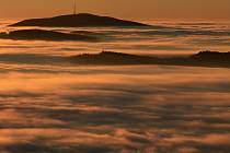 Jako ponorka vyčnívá při pohledu z libínské rozhledny vrchol Kletě z mlhy, která zahalila celou českobudějovickou pánev. Sluníčka a inverzního počasí si užívají po celý týden lidé na horách.