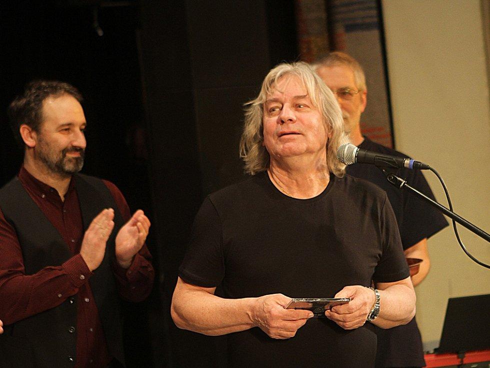 Pavel Žalman Lohonka měl 23. března koncert ke svým 70. narozeninám v českobudějovickém Metropolu. Křtilo se i nové CD, vlevo manažer Ivan Kurtev.
