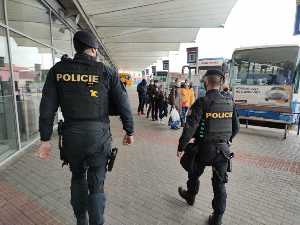 Policisté v Českých Budějovicích v rámci své služby dohlíží na dodržování opatření v nouzovém stavu