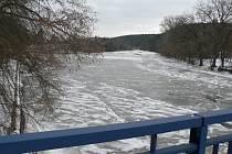 Někde se na vodních plochách na Českobudějovicku držel ve středu ráno led, jinde po něm nebylo ani památky. Na snímku Lužnice v Kolodějích nad Lužnicí.
