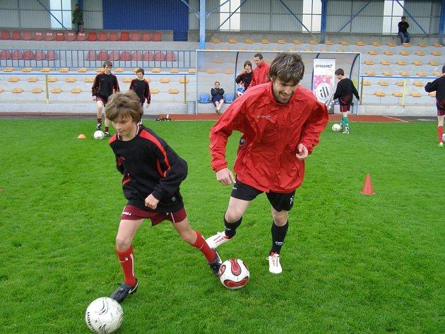 Společné trénink s ligovými fotbalisty jsou pro mladé kluky velkou motivací: bylo tomu tak i v Písku, kam přijeli Sedláček (vpředu) a Riegel.