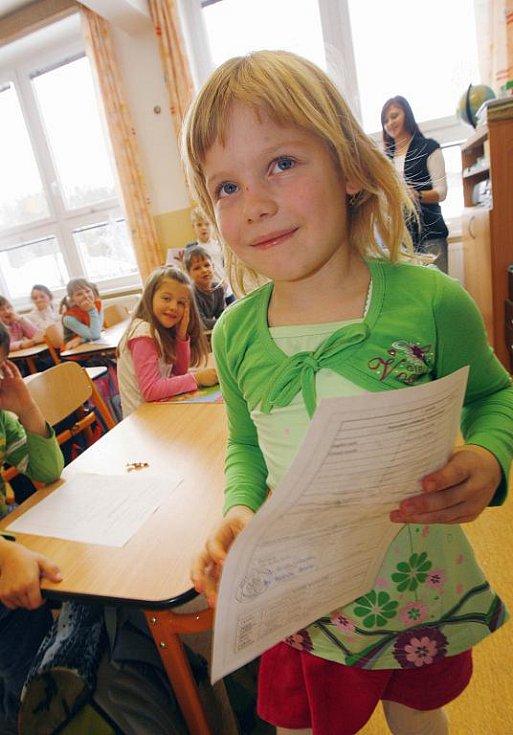 Pololetní vysvědčení na základní škole v Dubném,na Českobudějovicku,na snímku Hana Toušlová