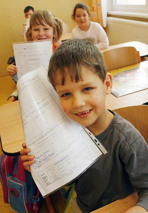 Pololetní vysvědčení na základní škole v Dubném,na Českobudějovicku,na snímku Matěj Zikmund