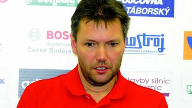Volejbalistům Č. Budějovic se v prvním kole nedařilo, trenér Brom příliš radosti neměl.