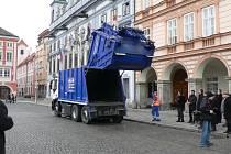 Před radnicí se nové vozidlo těšilo zasloužené pozornosti. V pozadí Pavel Štumbauer, který spolu s Romanem Trachem tvořil osádku vozu při předvádění na náměstí Přemysla Otakara II.