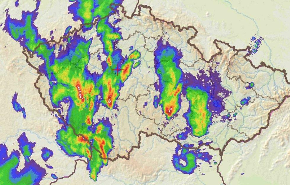 V 18 hodin řádila prudká bouřka na Písecku, buňka s bílými odrazy může produkovat lokálně větší kroupy a přívalové srážky.