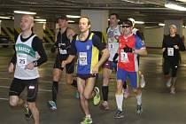V ČELE. Radek Brunner z SK Babice běží se startovním  číslem 25 na čele závodu. Brunner na českobudějovického Mercury maratonu porazil více než stovku běžců.