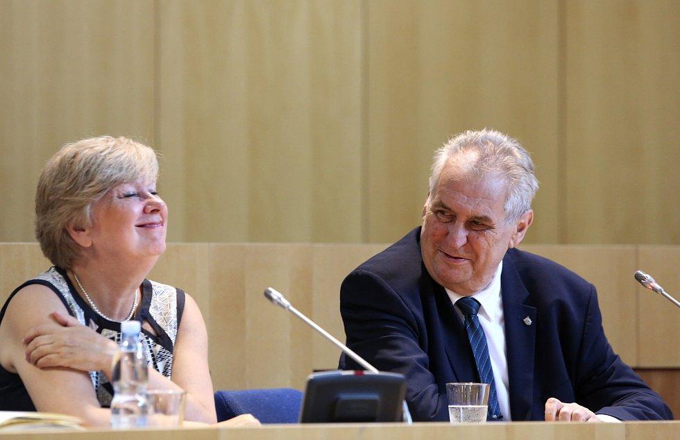 Třídenní cestu po kraji zahájil Miloš Zeman v pondělí dopoledne setkáním s hejtmankou Ivanou Stráskou, zastupiteli a dalšími hosty. Začátku cesty byla přítomná i první dáma Ivana Zemanová.