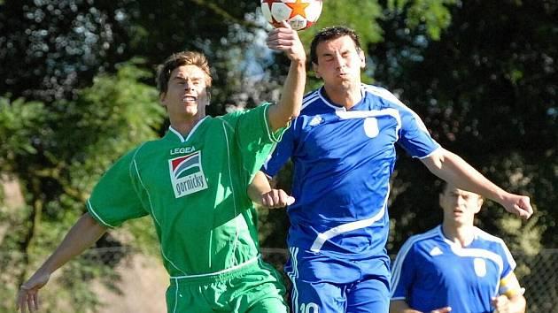 Čížovský Rambous v divizním zápase Čížová - Tachov bojuje s hostujícím Huttou: fotbalové soutěže o víkendu v kraji pokračují.